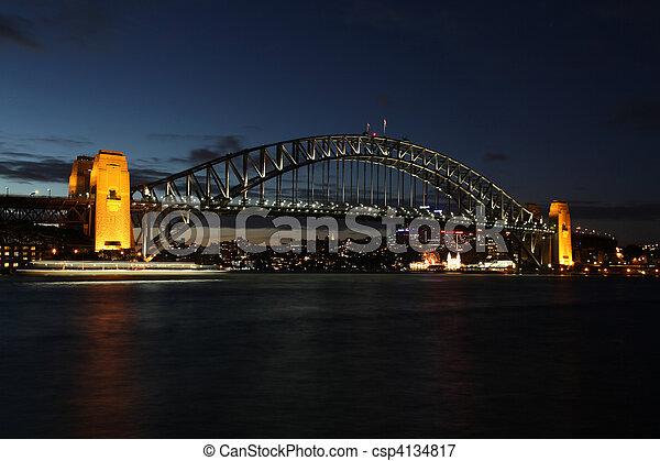 """puente, landmarks., puerto, uno, su, abierto, mella, sydney, mancha, era, mid-frame., famoso, conocido, \""""the, nombre, más, luz, bien, coathanger\"""", sydney\'s, noche, transbordador, 1932, bridge., vista - csp4134817"""