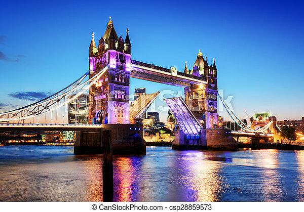 El puente Tower en Londres, el Reino Unido. Luces nocturnas al atardecer. - csp28859573