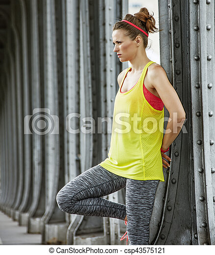 Una mujer sana buscando distancia en el puente Pont de Bir-Hakeim - csp43575121