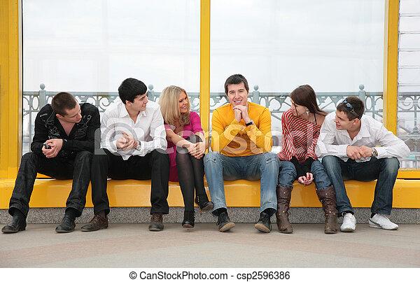 puente peatonal, gente, grupo, joven, sentarse - csp2596386