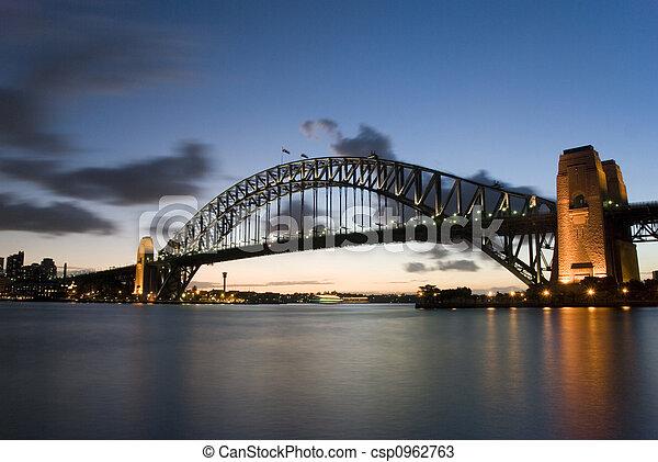 El puente del puerto de Sydney al atardecer - csp0962763