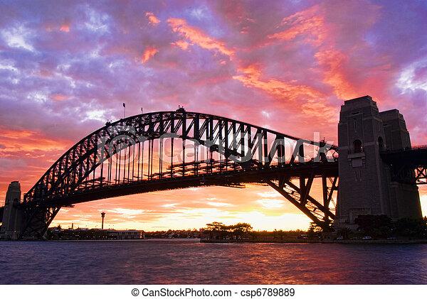 El puente del puerto de Sydney al atardecer - csp6789889