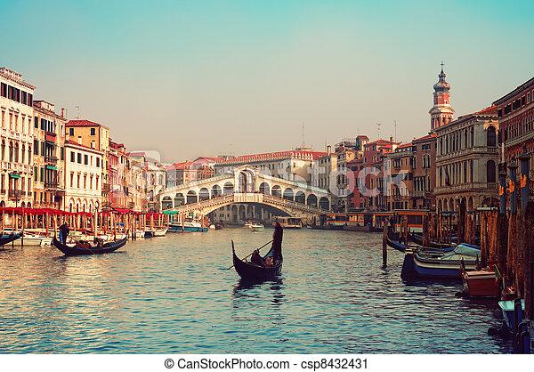 Rialto Bridge y góndolas en Venecia. - csp8432431