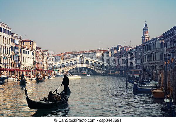 Rialto Bridge y góndolas en Venecia. - csp8443691