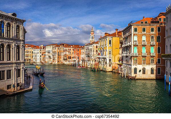 Rialto bridge en Venecia, Italia. Venice Grand canal. Arquitectura y puntos de referencia de Venecia. Una postal de Venecia con góndolas de Venecia - csp67354492