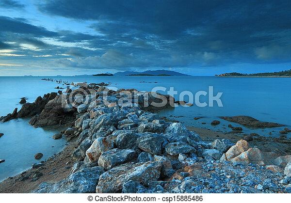 Seascape con fantástico puente de piedra, Samui Island, Tailandia - csp15885486
