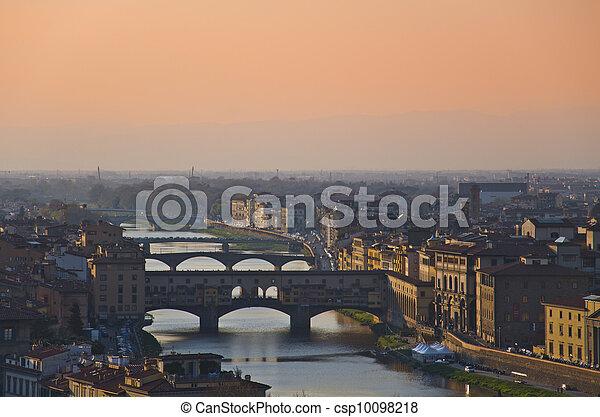 Casas, río Arno y puentes de Florencia, colmillos, Italia - csp10098218