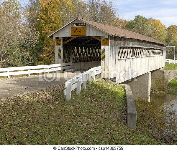 Cubiertos puentes en los condados del noreste de Ohio. La temporada de otoño. - csp14363759