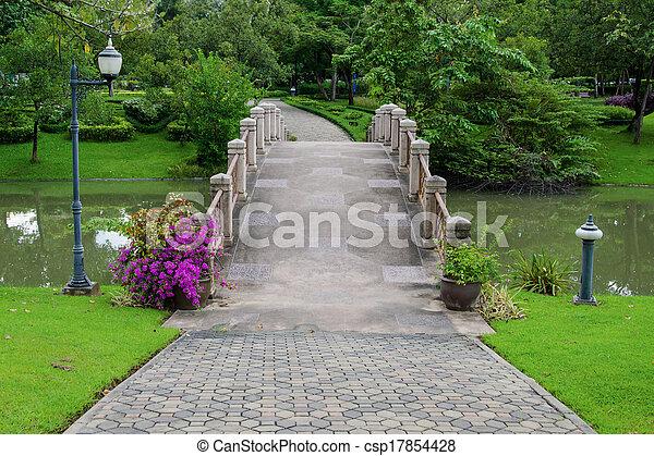 Puentes de cemento y pasillo para hacer ejercicio con árboles en el parque - csp17854428