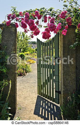 puerta abierta, jardín, rosas - csp58864146