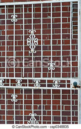 Un ladrillo rojo de la puerta blanca - csp0348835