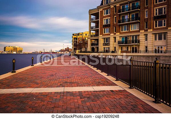 Exposición larga del paseo marítimo y condominios en el puerto interior, Baltimore, Maryland. - csp19209248