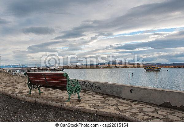 Junto a la orilla del agua en Puerto Natalie, Chile - csp22015154
