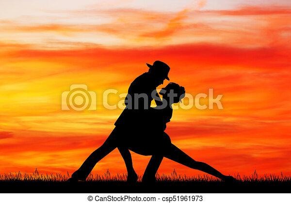Un baile de pareja al atardecer - csp51961973