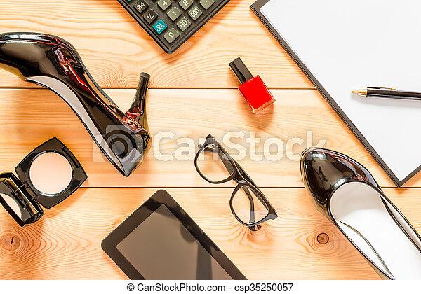La mejor vista de los accesorios de negocios femeninos - csp35250057