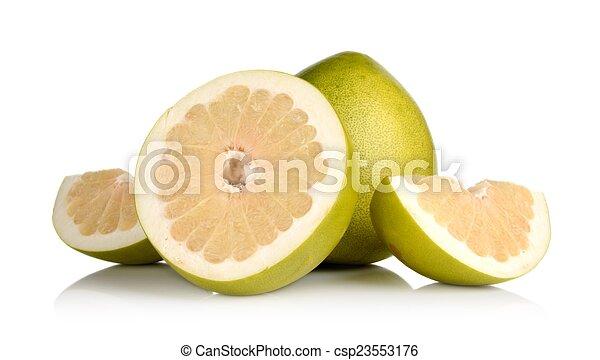 Vier pomelos, die Hälfte, Viertel isoliert auf weiß - csp23553176