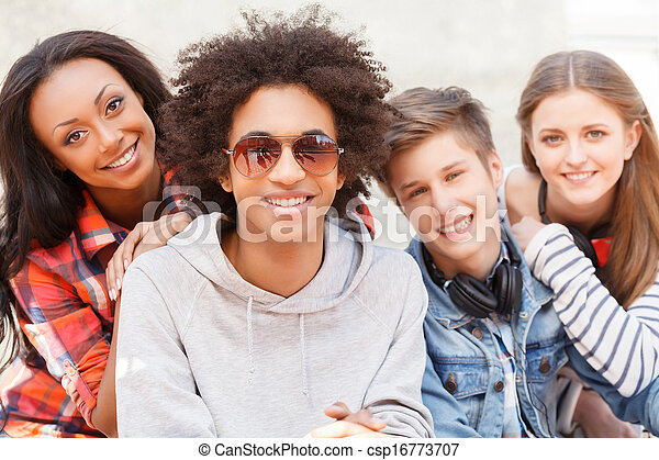 quatre, adolescent, séance, friends., gai, appareil photo, chaque, fin, sourire, amis, autre - csp16773707