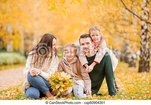 quatre, famille, automne, portrait, jour, heureux - csp60904301
