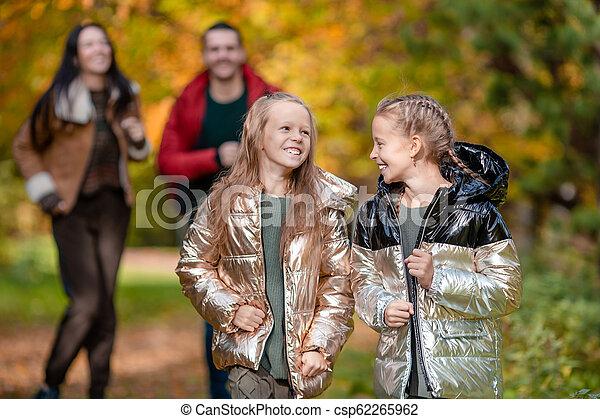 quatre, famille, automne, portrait, jour, heureux - csp62265962