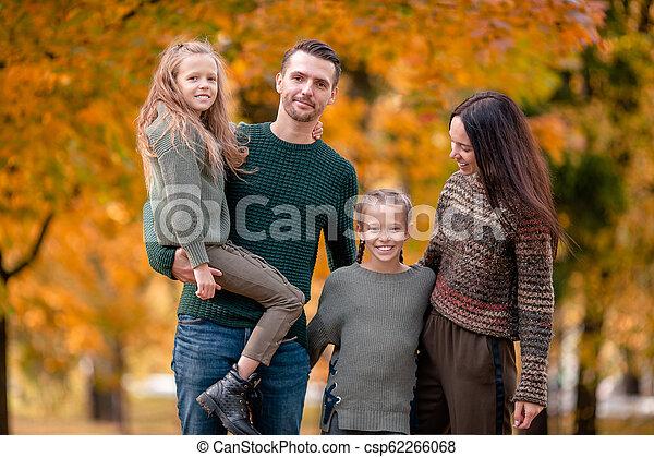 quatre, famille, automne, portrait, jour, heureux - csp62266068