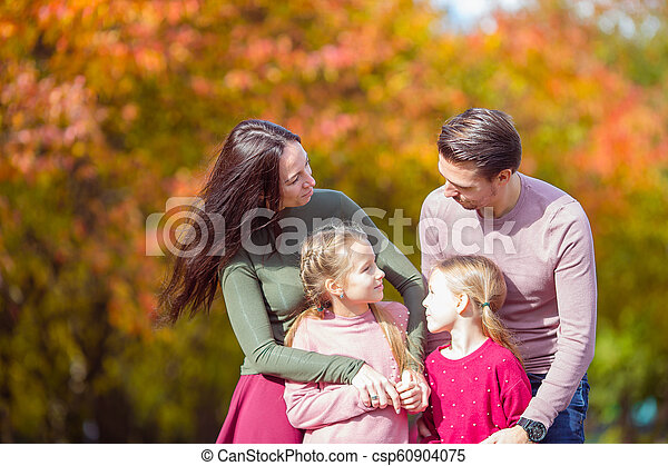 quatre, famille, automne, portrait, jour, heureux - csp60904075