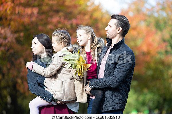 quatre, famille, automne, portrait, jour, heureux - csp61532910