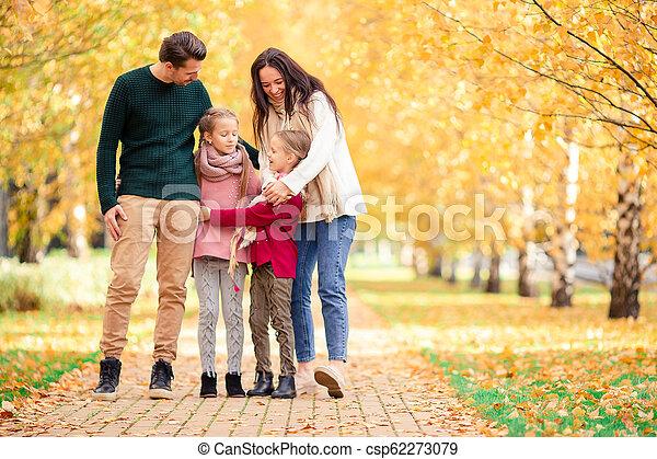 quatre, famille, automne, portrait, jour, heureux - csp62273079