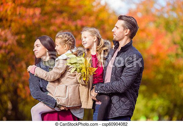 quatre, famille, automne, portrait, jour, heureux - csp60904082