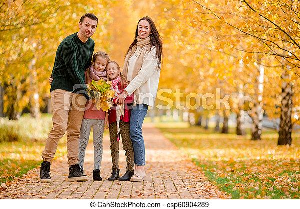 quatre, famille, automne, portrait, jour, heureux - csp60904289