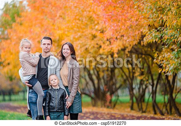 quatre, famille, automne, portrait, jour, heureux - csp51912270
