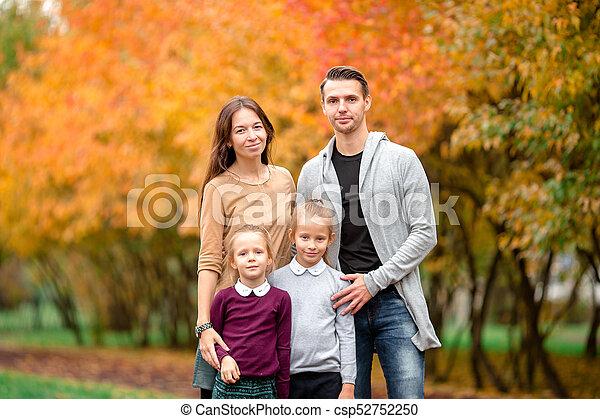 quatre, famille, automne, portrait, jour, heureux - csp52752250