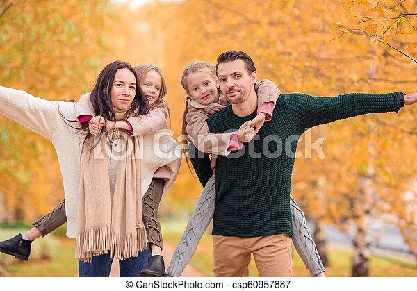 quatre, famille, automne, portrait, jour, heureux - csp60957887