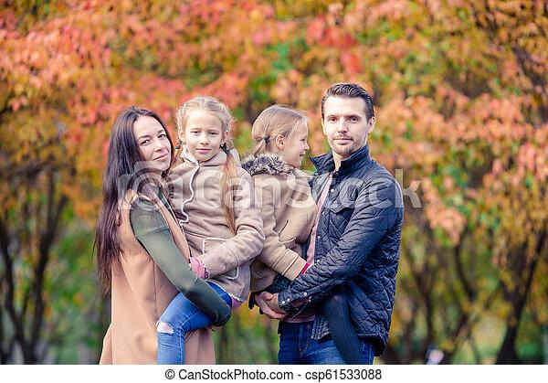 quatre, famille, automne, portrait, jour, heureux - csp61533088