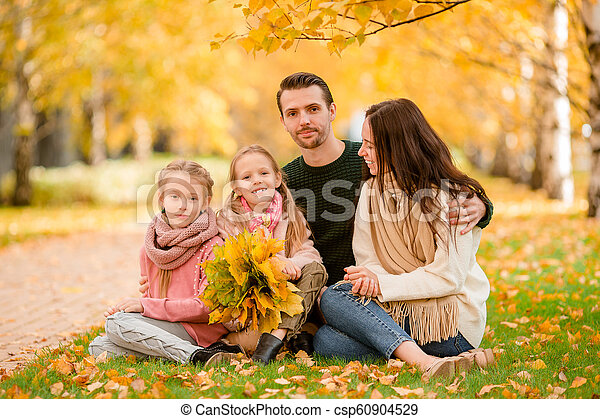 quatre, famille, automne, portrait, jour, heureux - csp60904529