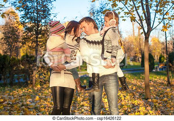 quatre, famille, ensoleillé, parc, promenade, automne, jour chaud - csp16426122