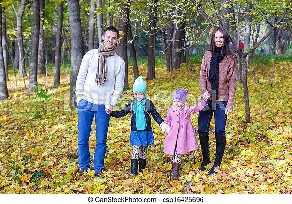 quatre, famille, ensoleillé, parc, promenade, automne, jour chaud - csp16425696
