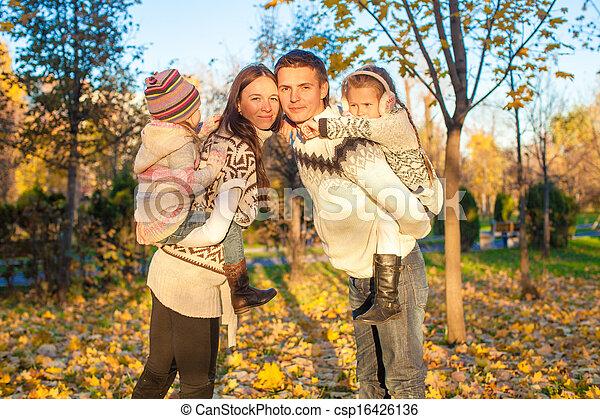 quatre, famille, ensoleillé, parc, avoir, automne, chaud, amusement, jour - csp16426136
