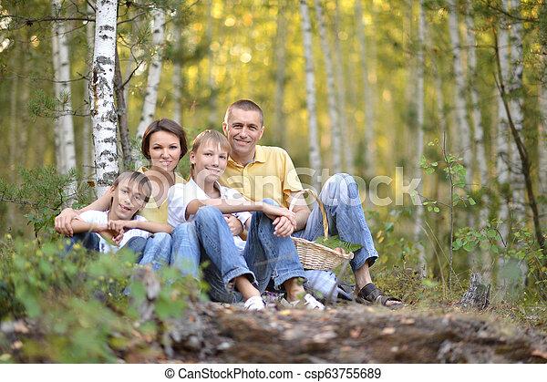quatre, famille, parc, automne, portrait, heureux - csp63755689