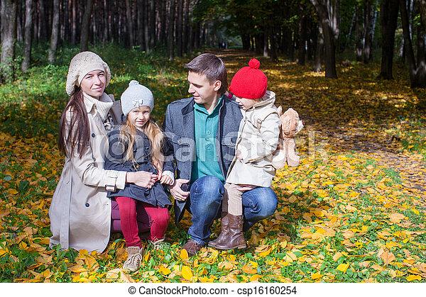 quatre, famille, parc, ensoleillé, automne, merveilleux, apprécier, adorable, jour - csp16160254