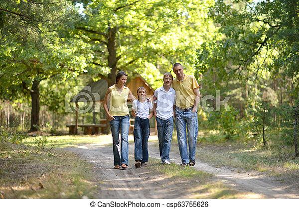 quatre, marche, famille, parc, automne, portrait, heureux - csp63755626