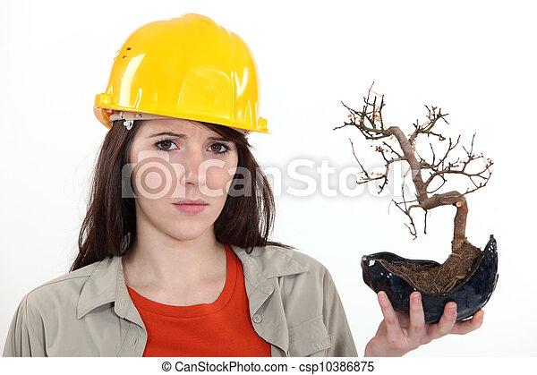 Mujer sosteniendo árbol quemado - csp10386875