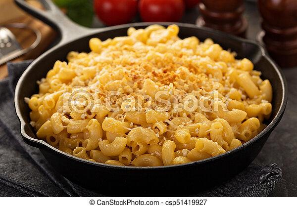 Macarrones con queso en un molde de hierro - csp51419927