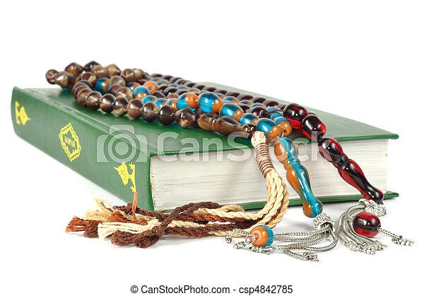 Cuentas de rosario musulmán y qurán - csp4842785