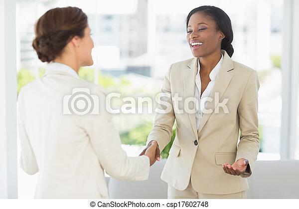 réunion, femmes affaires, mains secouer, heureux - csp17602748