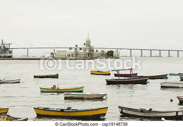 Barcos en el río frente al castillo en Río de Janero - csp19148739