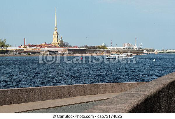 Un barco de placer en el río Neva en San Petersburgo en verano, vista de la fortaleza de Pedro y Pablo - csp73174025