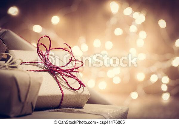 Regalos retro-rusticos, cajas presentes de fondo brillante. Es Navidad - csp41176865