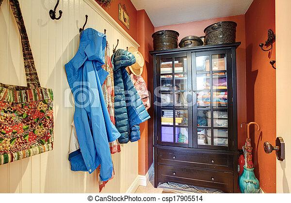Un pequeño pasillo con un armario rústico - csp17905514