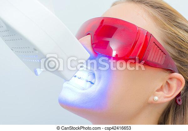 Una chica con radiografía dental - csp42416653