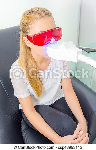 Una chica con radiografía dental - csp43993113